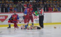 Tornadă de jucării de pluș în tribune, goluri puține pe gheață (video)