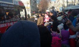 Autobuzul lui Moș Crăciun circulă și anul acesta pe străzile Galațiului