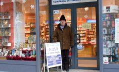 Directorul Ilie Zanfir s-a pozat ca un cocalar în fața unei librării din București (foto)