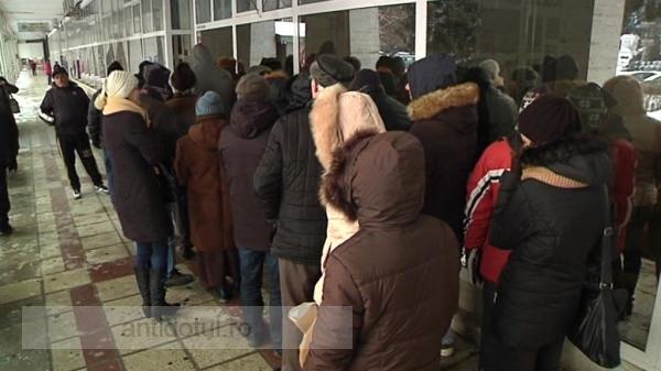 Mare și înzăpezită este grădina Domnului: la minus 15 grade Celsius pensionarii gălățeni s-au bulucit să-și plătească taxele locale