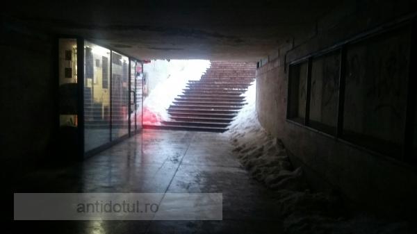 """O mîrlănie edilitară: pasajul din Galați a fost deszăpezit pe jumătate iar în interior au fost lăsate """"brazde"""" de zăpadă"""