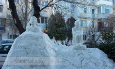 Un pensionar din Galați îmbină utilul cu plăcutul: face sculpturi din zăpadă și deszăpezește cartierul în care locuiește