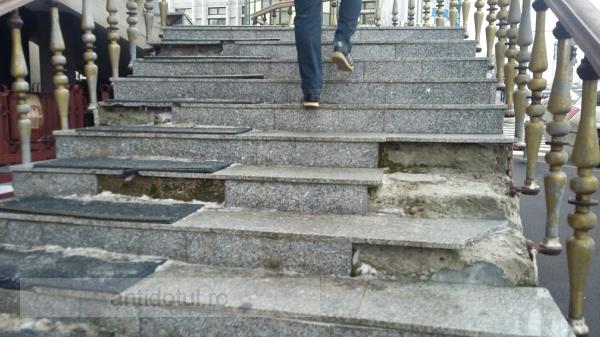Am găsit cele mai sinistre scări din Galați: stau fix în calea bunilor contribuabili