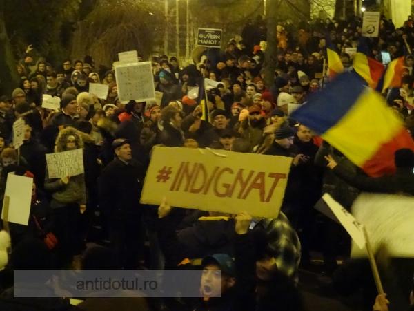 """Peste 3000 de gălățeni în stradă: """"Ceaușescu n-a murit/ În Dragnea s-a travestit"""" (video)"""