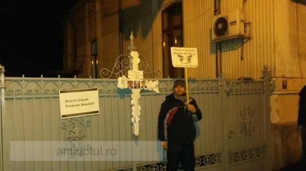 Au pus cruce la PSD Galați: protestatarii s-au răfuit cu gardul partidului de guvernămînt