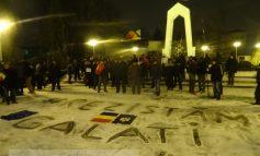 """Pe grindină, ger și vînt, gălățenii i-au urat Guvernului PSD un sincer """"La bulău!"""" (video)"""