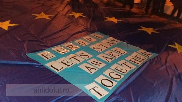 Un steag uriaș al Uniunii Europene i-a unit pe protestatarii din Galați