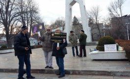 Pensionarii gălățeni s-au supărat pe Moș Crăciun: au organizat un miting în care au scandat Jos Klaus!