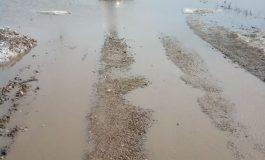 #Rezist, varianta acvatică. Un drum județean din Galați este frecvent acoperit de ape și noroi