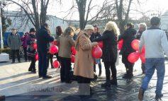 Protest cu baloane la Galați: zeci de cetățeni au luptat împotriva corupției într-un mod neobișnuit