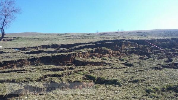 Veste bună: astăzi, dealul din satul Izvoarele este la locul său. Veste proastă: dealul vrea să plece!