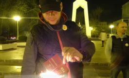 Un tînăr din Galați și-a incendiat carnetul de membru PSD, la proteste! (foto)