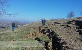 Din cauza alunecărilor de teren, gălățenii din satul Izvoarele sunt sfătuiți să meargă pe vîrfuri și să nu sforăie în somn