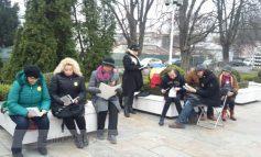 Premieră lîngă Teatrul Dramatic: duminică, gălățenii au organizat un protest prin lectură