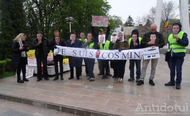 Cîțiva gălățeni au manifestat la prefectură pentru susținerea singurului protestatar din Odobești (foto)