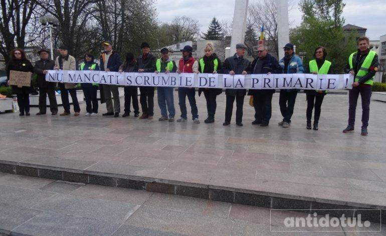 """Protest anti-Pâslaru, la prefectură: """"Nu mîncați scrumbie de la primărie!"""" (foto)"""