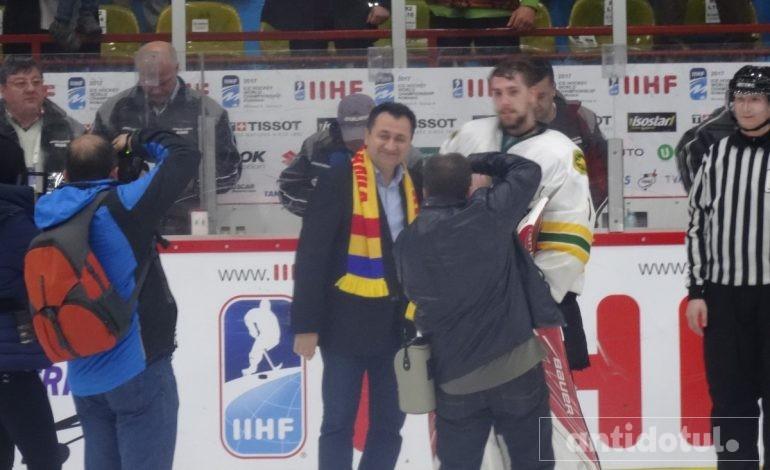 Nesimțire: Pâslaru a insistat să intre pe gheață ca să îi premieze pe hocheiști!