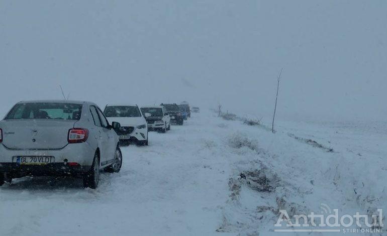 În aprilie, un drum național din județul Galați este închis din cauza zăpezii și zeci de oameni sunt blocați în cîmp