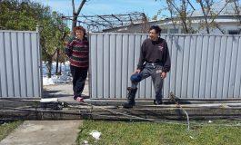 Un stîlp de electricitate rupt blochează de două zile intrarea într-o gospodărie din Fundeni