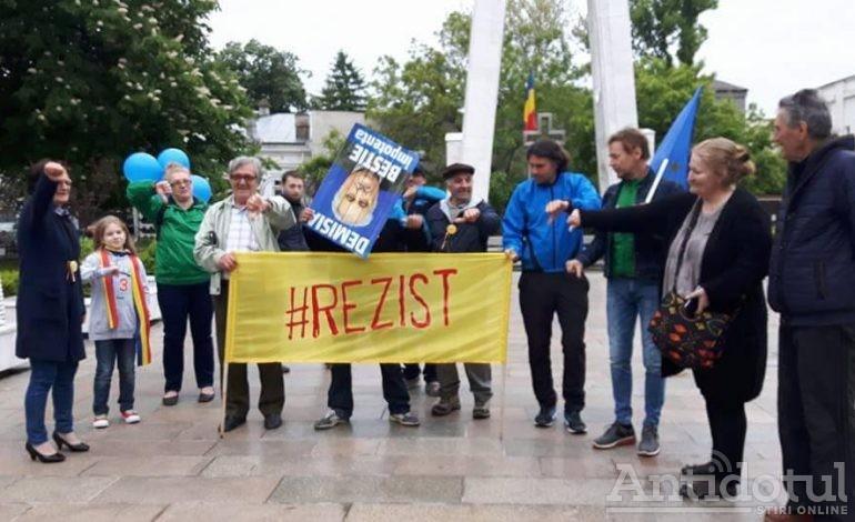 Miting anti Bacalbașa la Galați: 20 de gălățeni au protestat în ploaie după ce au auzit de zoaiele din Parlament