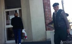 Se caută lăcătuș: ușa Direcției de Finanțe din Galați s-a blocat iar contribuabilii au rămas în stradă