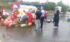 Accident grav pe DN 25: doi pietoni au fost loviți de o mașină care a derapat pe carosabilul ud