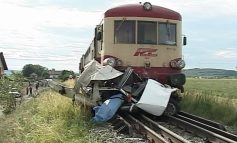 Noroc că băuse: un gălățean a scăpat cu viață după ce mașina sa a fost lovită de un tren!