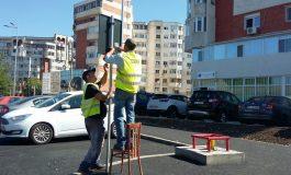 Pe strada Traian, semnele de circulație se montează cu ajutorul unui scaun