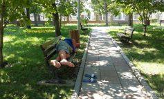 Nani, nani, puiul mamii: în parcul Rizer boschetarii dorm pe bănci și sunt vegheați de un paznic