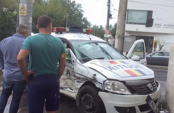 A dat cu radarul de stîlp: o Dacia Papuc a lovit în plin autospecială Poliției în intersecția străzilor Basarabiei și Traian