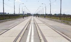 Capcană pe viaductul de la combinat: un capac de metal poate distruge cauciucurile șoferilor