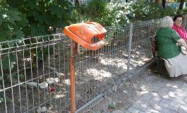 Niște cretini au vandalizat coșurile de gunoi de pe strada Saturn