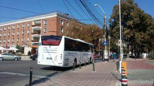 Autocar MAI parcat în intersecție