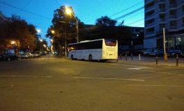 Galerie foto/Mai parcăm și noi regulamentar măi, MAI? Un autocar al Guvernului a parcat fix într-o intersecție din centrul orașului Galați