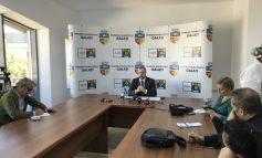 Din noul său birou, în care poţi sta şi în tricou, Ionuţ Pucheanu anunţă că încă nu dă drumul la căldură în oraş