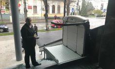 Fără nici o aluzie de prost gust: la Primăria Galați, rampa pentru persoanele cu handicap s-a stricat