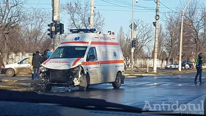 Mercedes vs ambulanță: un autoturism s-a făcut praf după ce s-a ciocnit de o autospecială