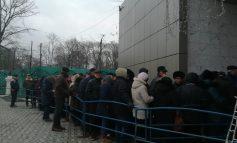 Galerie foto/Pensionarii din Galați au făcut o simulare de revelion: au petrecut noaptea la coadă pentru a prinde bilete la petrecerea de Anul Nou