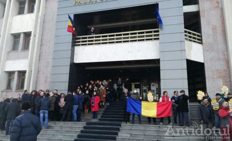 PSD şi ALDE şi-au pus judecătorii în cap. Magistraţii au protestat la Galaţi faţă de intenţia parlamentarilor de a silui legile justiţiei