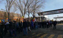 VIDEO/S-a spart buboiul la combinat: sute de muncitori protestează și anunță că vor declanșa conflictul de muncă