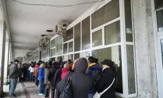 Video/Nerăbdători să-și plătească taxele și impozitele locale, pensionarii gălățeni au venit cu noaptea în cap la coadă și s-au certat la ghișeu