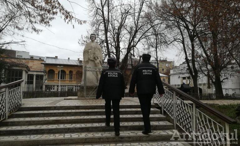 VIDEO/Îi tremură mîna lui Eminescu: indivizi necunoscuți au vandalizat din nou statuia poetului național