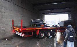 Accident grav sub pod, la Filești/Un autotren a intrat într-un autobuz cu călători. Șoferul autobuzului, încarcerat