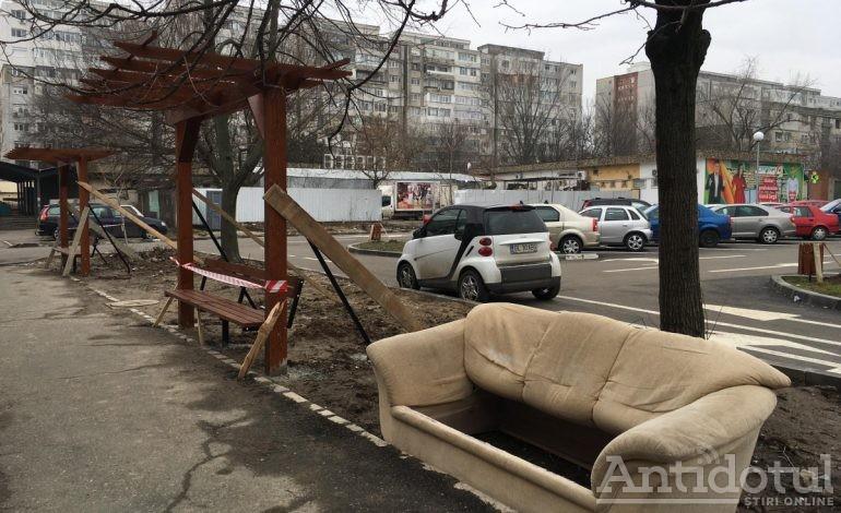 Ca să le închidă gura cîrcotașilor, Pucheanu înlocuiește băncile cu canapele
