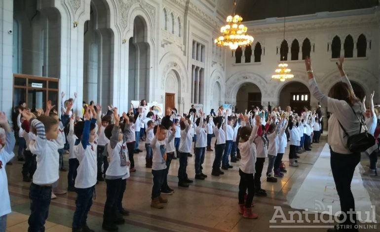 Aproape 200 de preșcolari din Galați au participat la un flashmob în semn de solidaritate cu un copil bolnav