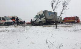 UPDATE/Grav accident de circulaţie pe DN25, la ieşirea din Tudor Vladimirescu. Cinci persoane sunt grav rănite după ciocnirea a două utilitare
