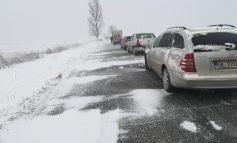 Meteorologii anunță o ninsoare ca-n povești. Din experiență știm că în povestea cu nămeți pe carosabil o să-și bage dracul coada