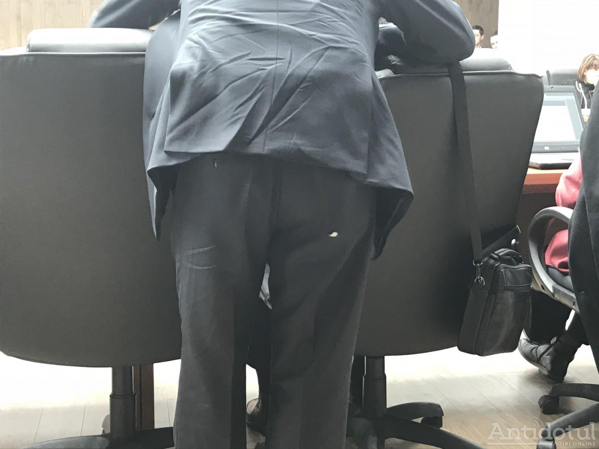 Florin Pîslaru - cu pantalonii rupți în cur