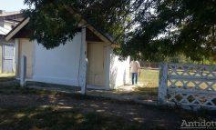Ca în evul mediu: toaletele școlare din fundul curții îi îmbolnăvesc pe copii
