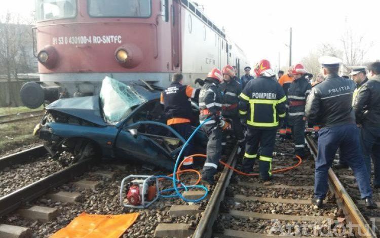 Accident sau sinucidere? O mașină cu două persoane în interior a fost spulberată de un tren